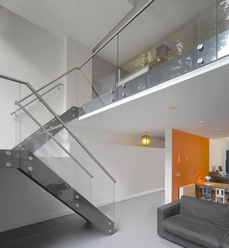 de trap vanuit de keuken naar de kinderkamer en study: moderne Kinderkamer door Architectenbureau Vroom
