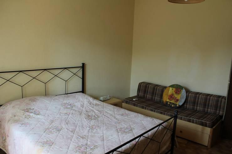 Camera da letto matrimoniale prima dell'intervento.:  in stile  di Gabriella Pontis