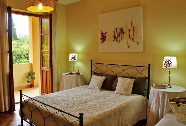 camera da letto dopo l'intervento di allestimento.:  in stile  di Gabriella Pontis
