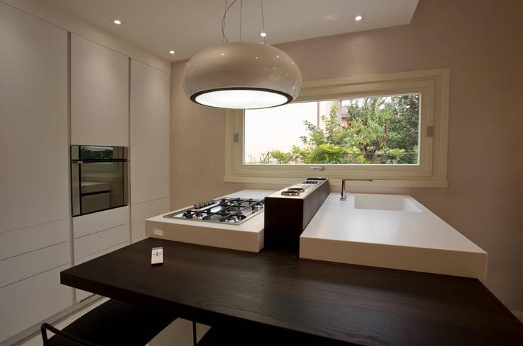 Villa in provincia di Brescia: Cucina in stile in stile Moderno di HP Interior srl