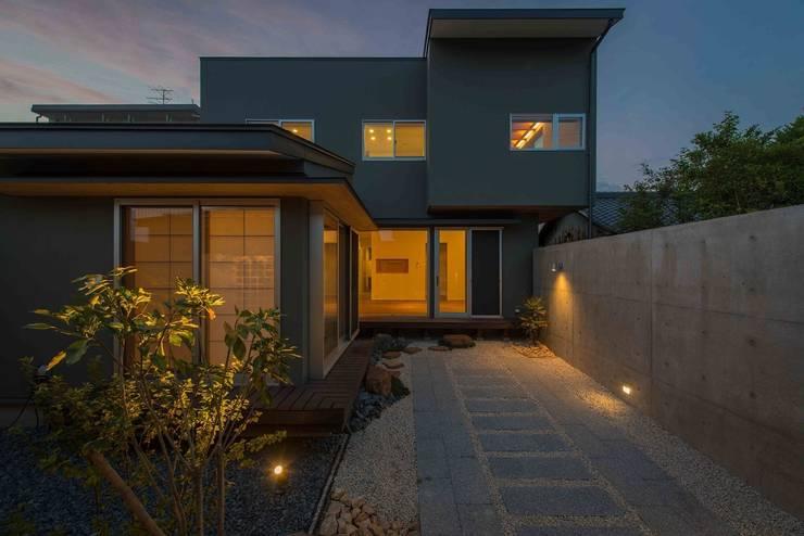 ガレージのある和モダンの家: ライフビスタ一級建築士事務所が手掛けた家です。