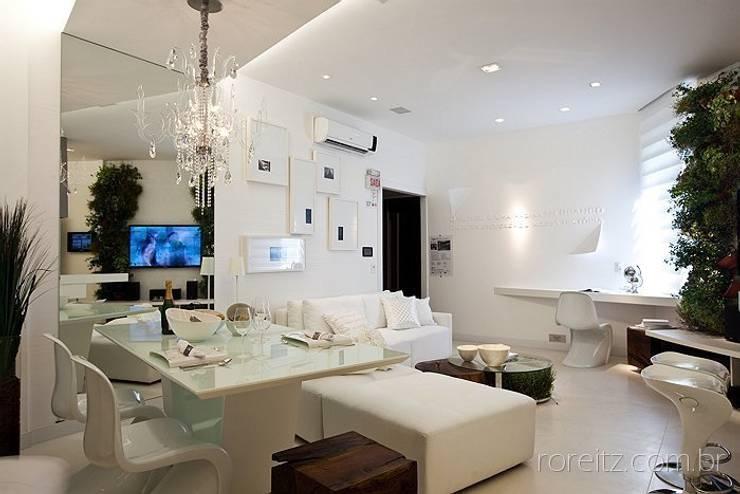 Sala de jantar integrada com estar: Salas de estar minimalistas por Espaço do Traço arquitetura