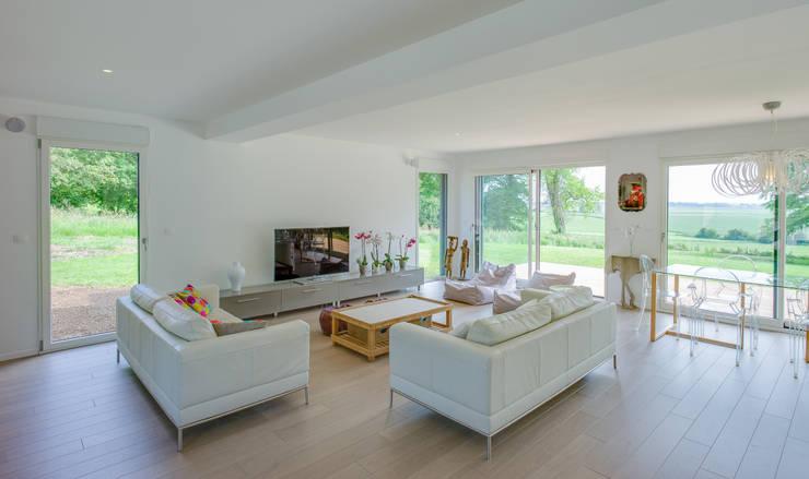 Construction d'une maison bois en Haute Normandie: Salon de style  par ANTOINE LAINE ARCHITECTURES
