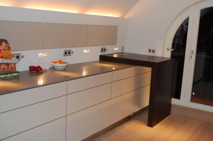 Cocina de estilo  de TS Innenausbau GmbH Schreinerei