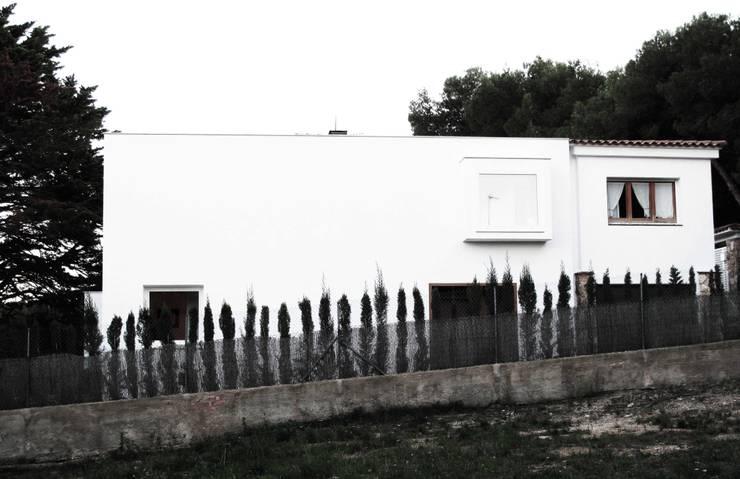 Fachada Norte: Casas de estilo  de LaBoqueria Taller d'Arquitectura i Disseny Industrial
