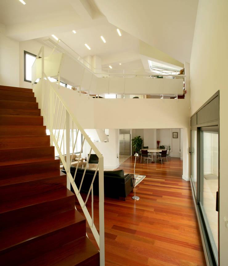Casa promenade – vivienda unifamiliar en Caselles: Salones de estilo  de Miàs Architects