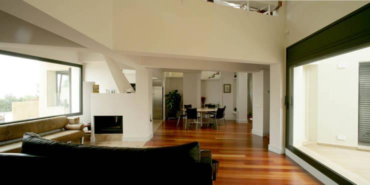 Casa promenade – vivienda unifamiliar en Caselles: Comedores de estilo  de Miàs Architects