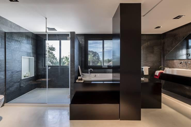 Baños de estilo  por Laura Yerpes Estudio de Interiorismo