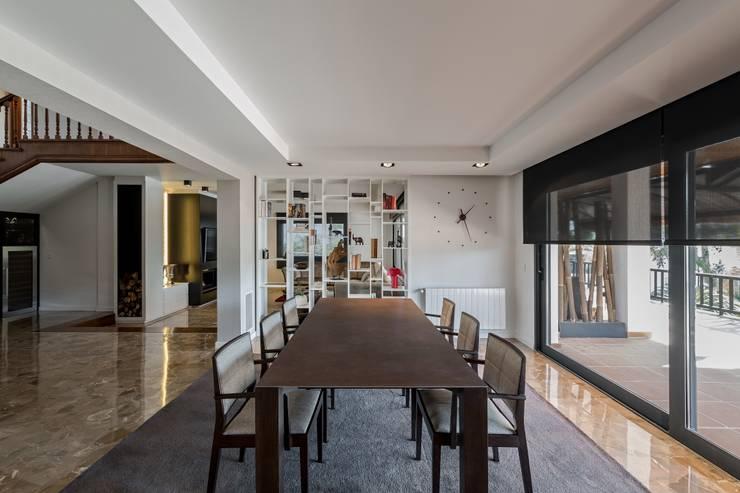 Comedor lineas rectas: Comedores de estilo moderno de Laura Yerpes Estudio de Interiorismo