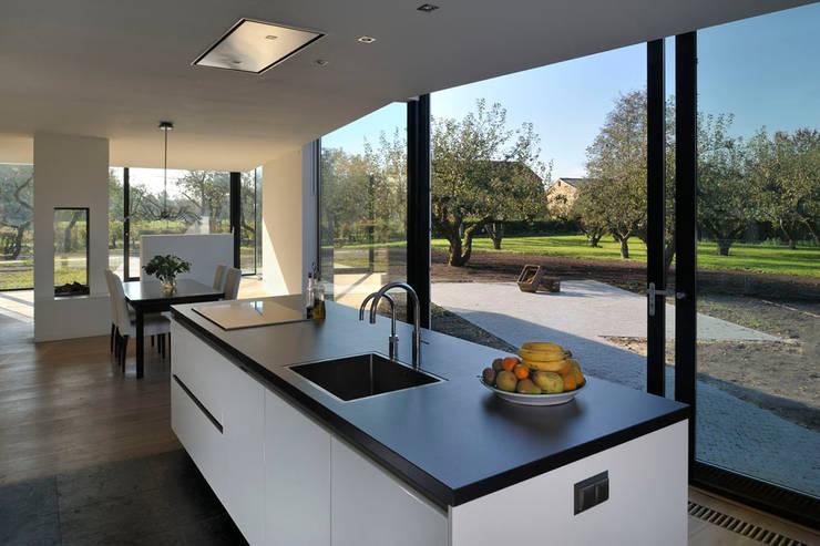 Woonboerderij Acht 5: minimalistische Keuken door RESET ARCHITECTURE
