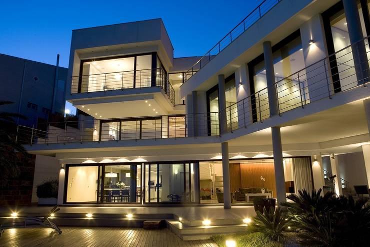 Fachada de una vivienda impresionante: Casas de estilo  de Laura Yerpes Estudio de Interiorismo