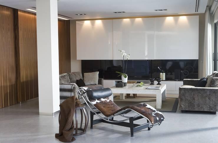 Salón de lineas rectas: Salones de estilo  de Laura Yerpes Estudio de Interiorismo
