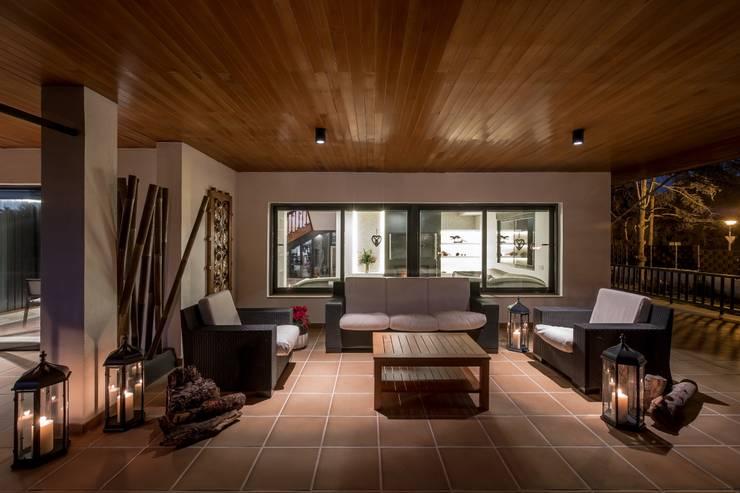 Terrazas de estilo  por Laura Yerpes Estudio de Interiorismo