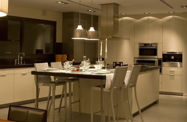 Cocina con extensión de barra convertida en mesa: Cocinas de estilo  de Laura Yerpes Estudio de Interiorismo