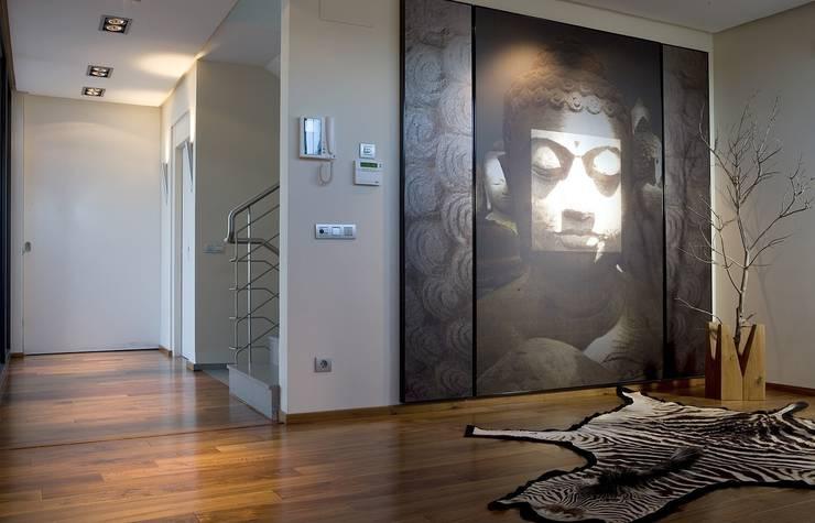 Vestíbulo con decoración ecléctica: Pasillos y vestíbulos de estilo  de Laura Yerpes Estudio de Interiorismo