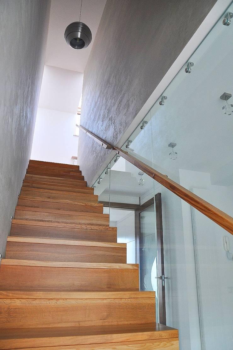 Dom Jednorodzinny PW wnętrza : styl , w kategorii Korytarz, przedpokój zaprojektowany przez Innebo,Nowoczesny