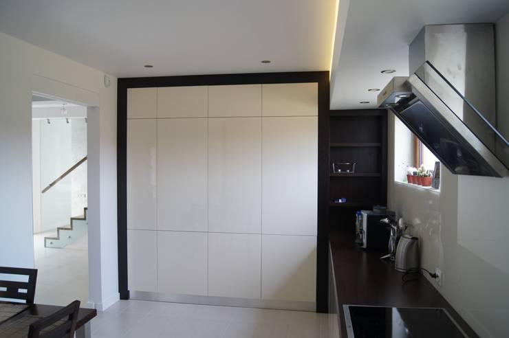 Dom Jednorodzinny PW wnętrza : styl , w kategorii Kuchnia zaprojektowany przez Innebo,Nowoczesny