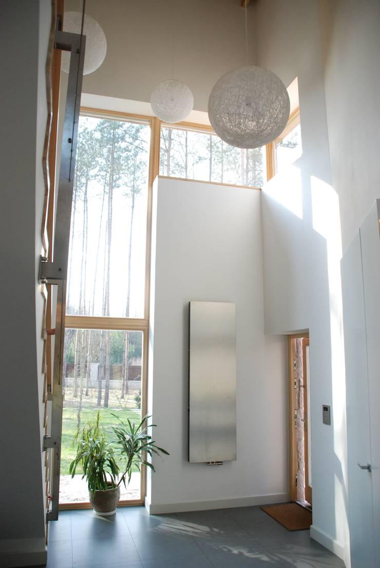 Rezydencja pod Warszawą: styl , w kategorii Korytarz, przedpokój zaprojektowany przez Innebo
