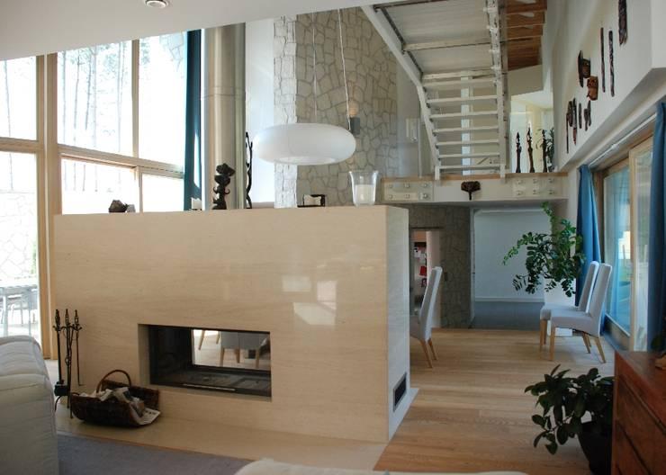 Rezydencja pod Warszawą: styl , w kategorii Salon zaprojektowany przez Innebo