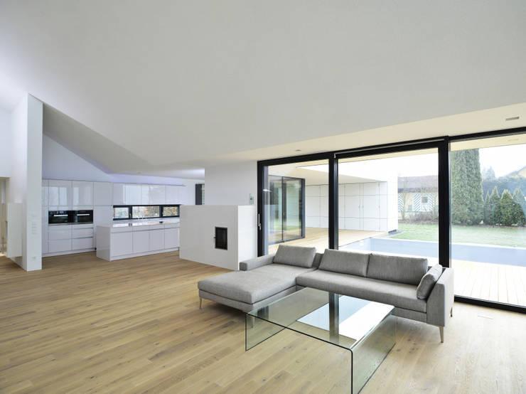 Wohnhaus mit Fernsicht:  Wohnzimmer von Architekt Adrian Tscherteu