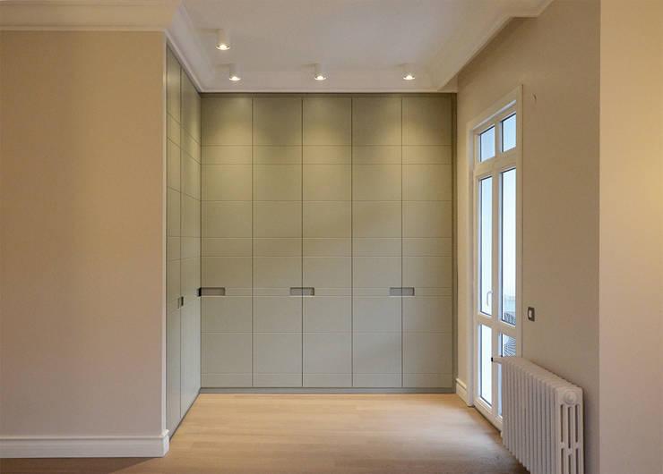 monoblok design & interiors – Tarabya B. Yali Project _Dressing Room 1:  tarz Yatak Odası