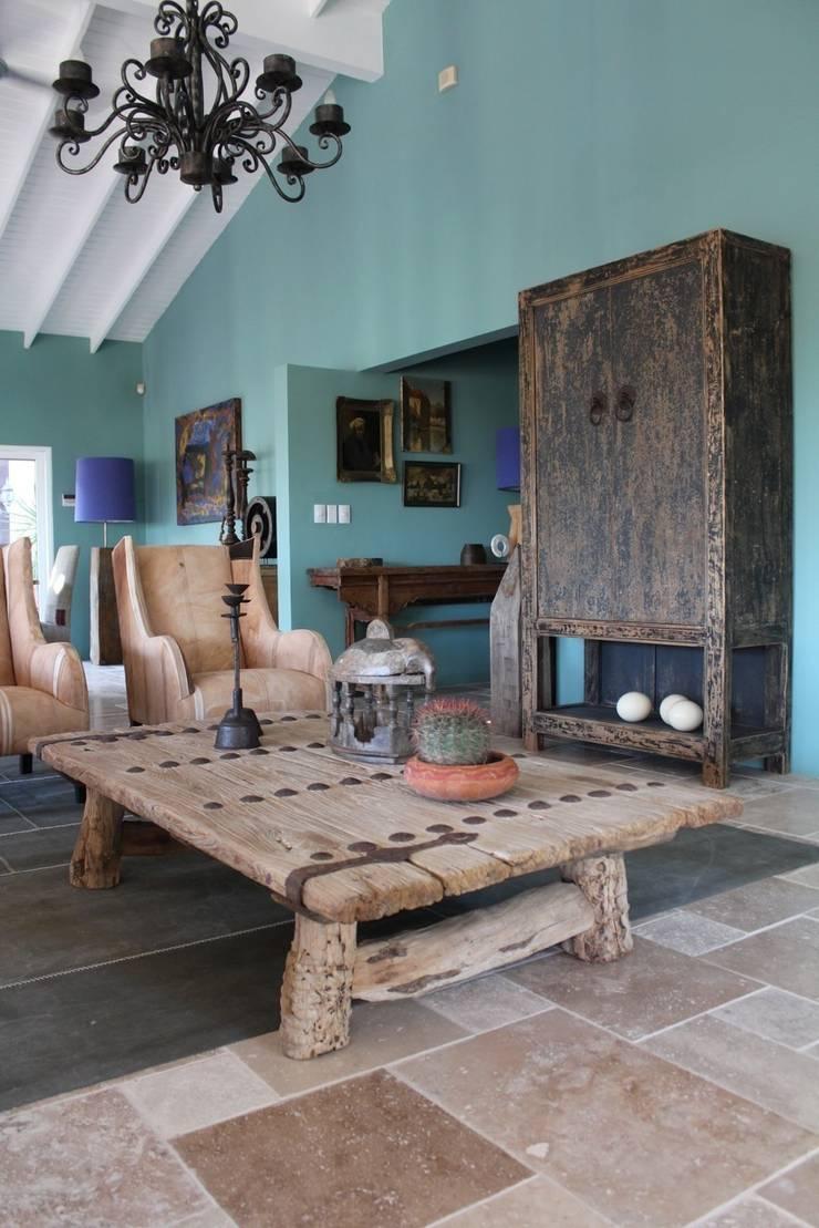 Koloniale villa in Curaçao:  Woonkamer door Alex Janmaat Interieurs & Kunst, Landelijk