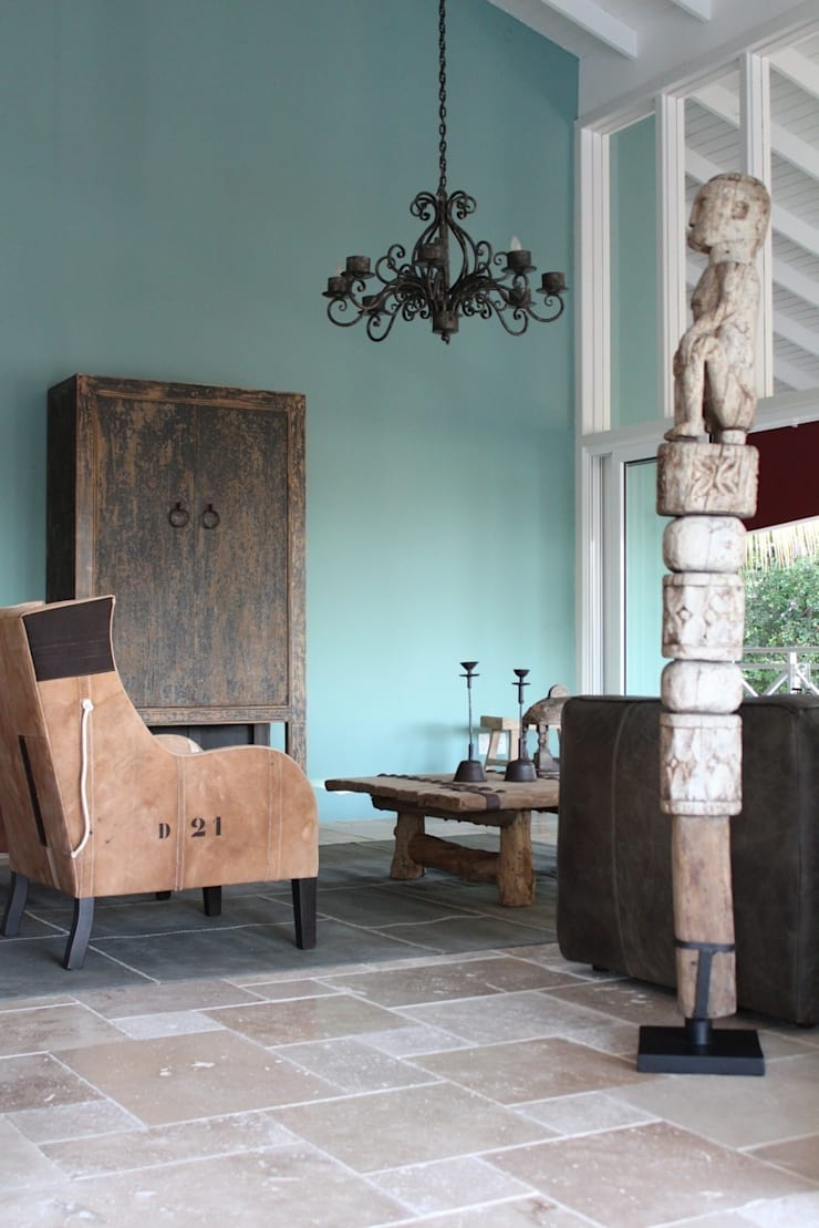 Koloniale villa in Curaçao:  Woonkamer door Alex Janmaat Interieurs & Kunst