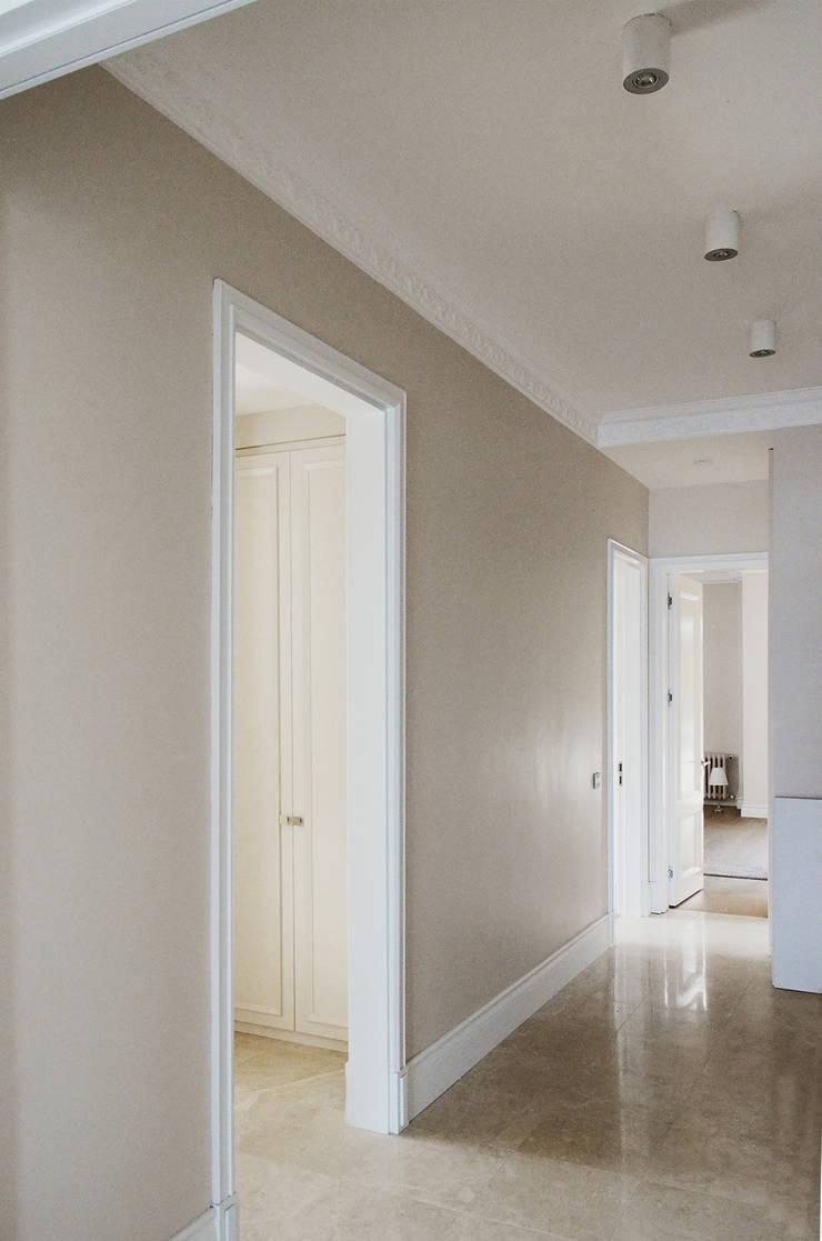 monoblok design & interiors – Tarabya B. Yali Project _ Entrance Hall:  tarz Koridor ve Hol