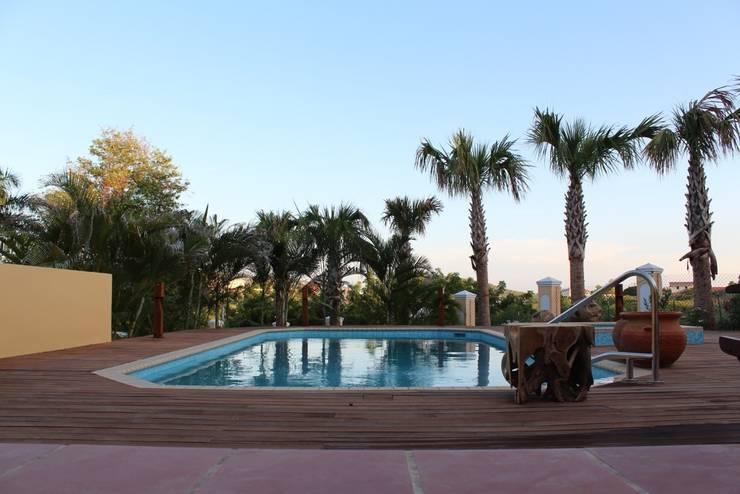 Koloniale villa in Curaçao:  Zwembad door Alex Janmaat Interieurs & Kunst