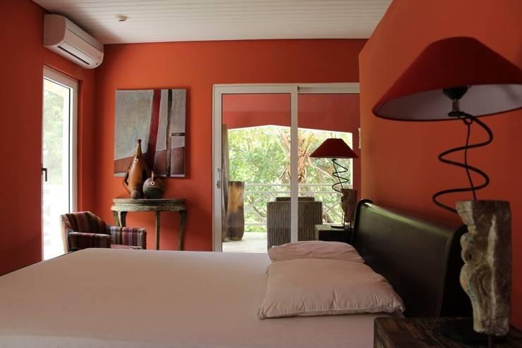 Koloniale villa in Curaçao:  Slaapkamer door Alex Janmaat Interieurs & Kunst