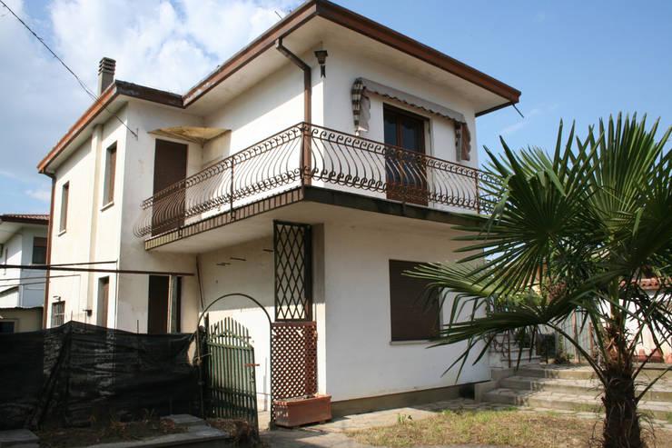 """Villa E:  in stile {:asian=>""""asiatico"""", :classic=>""""classico"""", :colonial=>""""coloniale"""", :country=>""""In stile Country"""", :eclectic=>""""eclettico"""", :industrial=>""""industriale"""", :mediterranean=>""""mediterraneo"""", :minimalist=>""""minimalista"""", :modern=>""""moderno"""", :rustic=>""""rustico"""", :scandinavian=>""""scandinavo"""", :tropical=>""""tropicale""""} di GROMATRE ,"""