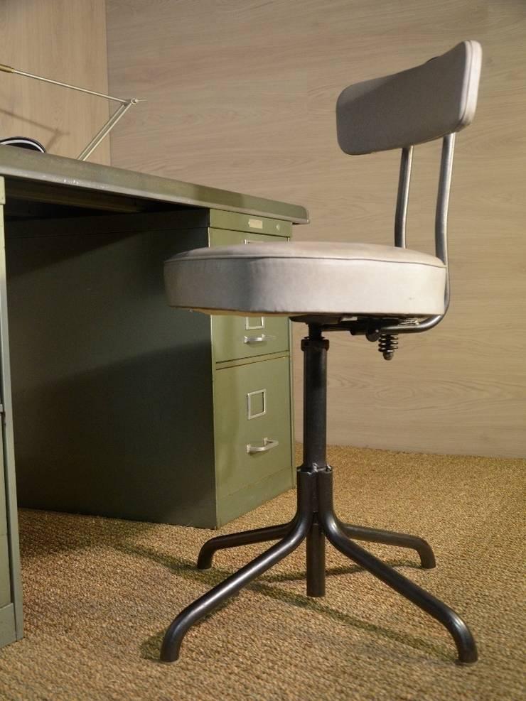 Chaise d'atelier 1068, restauration Hewel mobilier: Salon de style  par Hewel mobilier