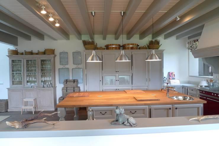 Medinaceli gris y blanco en Santander: Cocina de estilo  de Gamahogar