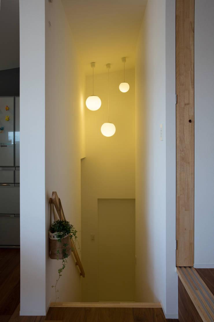 Zig Zag 階段: キリコ設計事務所が手掛けた廊下 & 玄関です。,モダン