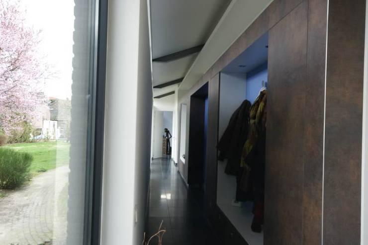 kastlijn 2 met paars accent: moderne Gang, hal & trappenhuis door KleurInKleur interieur & architectuur