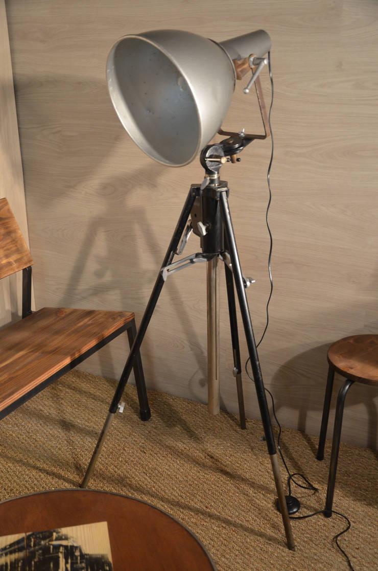 Projecteur trépieds AMM Paris, par Hewel mobilier: Salon de style  par Hewel mobilier