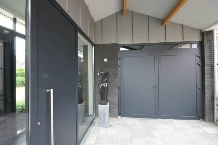 entreepartij:  Garage/schuur door KleurInKleur interieur & architectuur