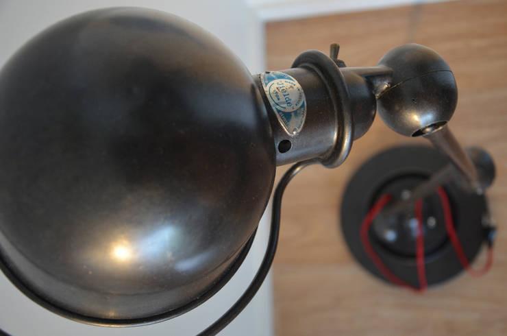 Lampe Jieldé (JLD) ancienne par Hewel mobilier: Salon de style  par Hewel mobilier