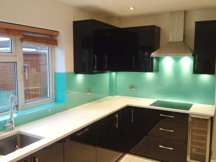 Aqua Glass Kitchen Splash Back:  Kitchen by UK Splashbacks