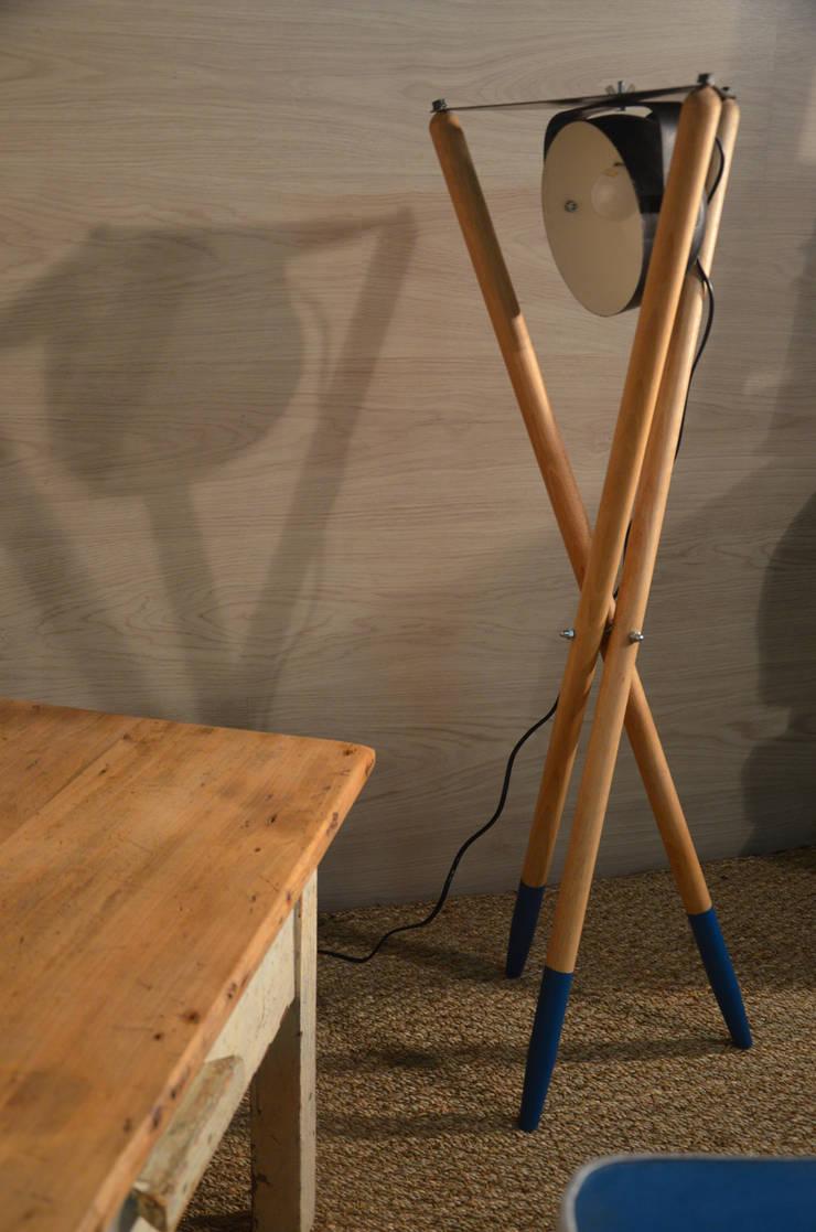 Lampe trépied inspiration scandinave: Salon de style  par Hewel mobilier