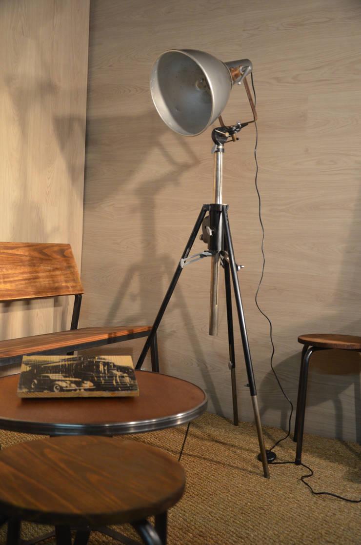 Projecteur trépieds AMM Paris, par Hewel mobilier: Bureau de style  par Hewel mobilier