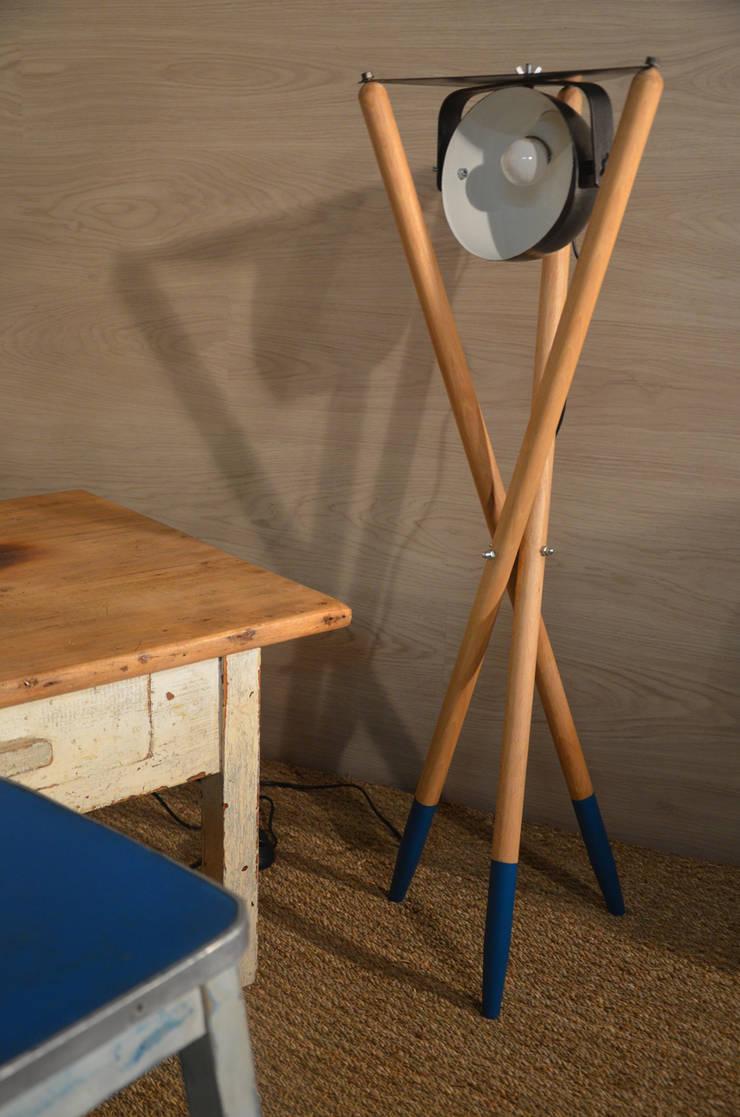 Lampe trépied inspiration scandinave: Chambre de style  par Hewel mobilier