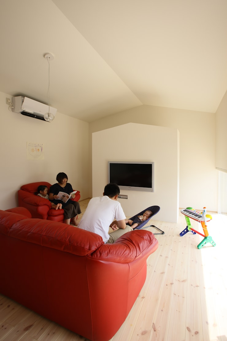 Salones de estilo  de ARCHIXXX眞野サトル建築デザイン室, Moderno