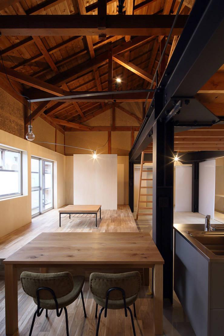 リビング: ARCHIXXX眞野サトル建築デザイン室が手掛けたリビングです。,和風