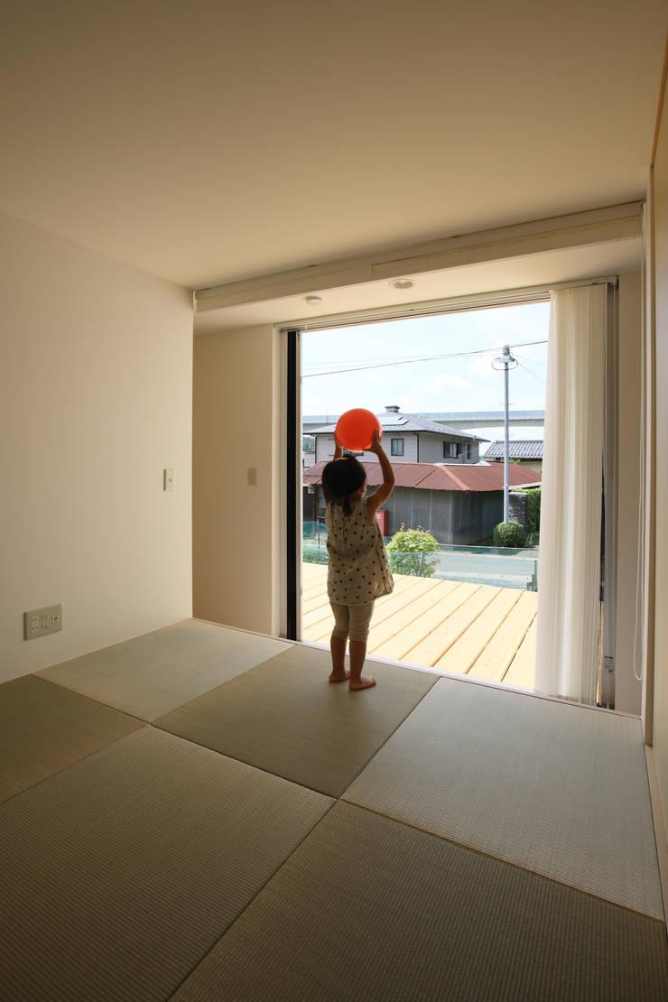 Dormitorios de estilo  de ARCHIXXX眞野サトル建築デザイン室, Asiático