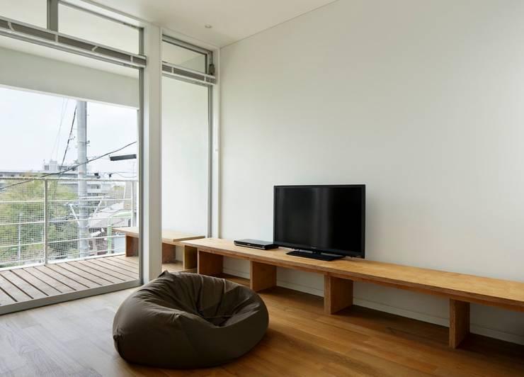 横浜の小住宅: hiroshiが手掛けたリビングです。