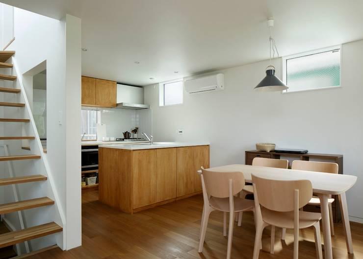 横浜の小住宅: hiroshiが手掛けたダイニングです。