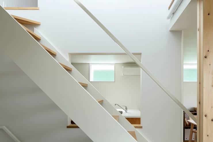 横浜の小住宅: hiroshiが手掛けた廊下 & 玄関です。