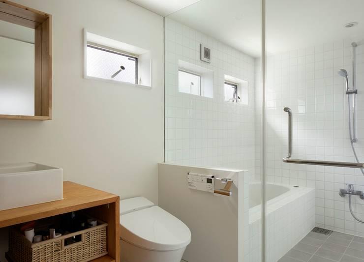 横浜の小住宅: hiroshiが手掛けた浴室です。