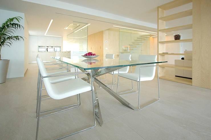 Comedor con mesa de cristal - Casa Moncofa - Chiralt Arquitectos : Comedores de estilo  de Chiralt Arquitectos